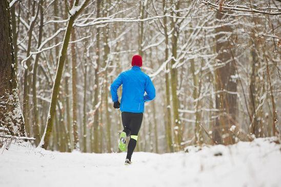 10 Tips voor hardlopen in koud weer. Bij koud weer is het verstandig om onderstaande punten goed door te nemen.