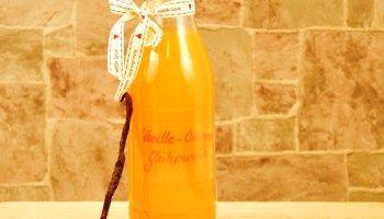 Weihnachtlicher weißer Vanille Orangen Glühwein als Geschenk aus der Küche