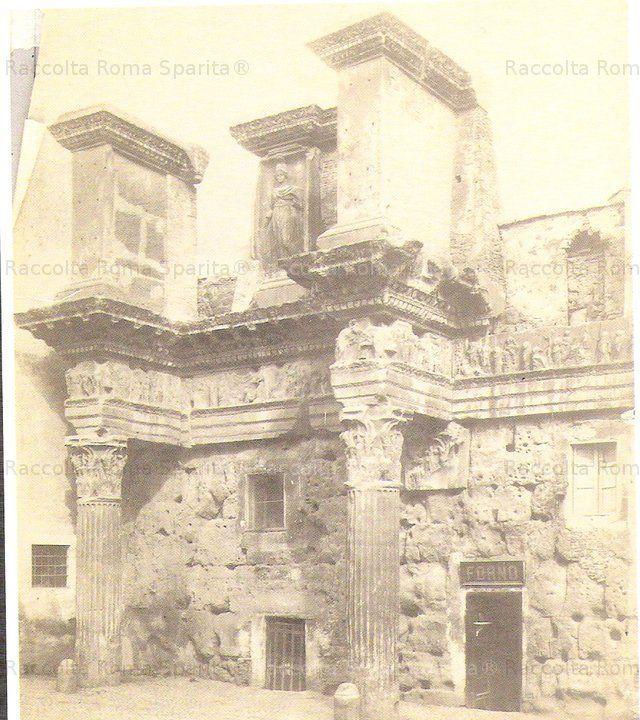"""Le """"colonnacce"""" del Foro di Nerva. Tra le colonne del Foro di Nerva ancora non scavato, si apriva un modesto forno Anno: 1880"""