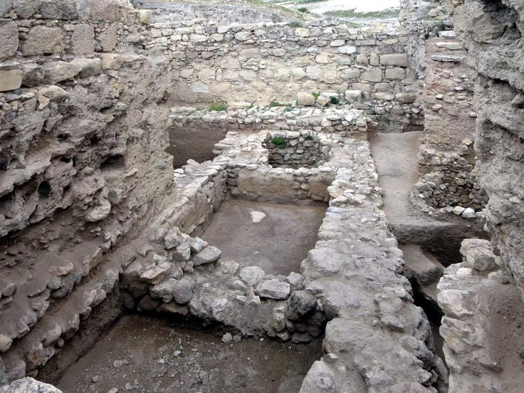 Excavations at Pella (Tabaqat Fahl) in northwestern Jordan have uncovered 8th century Umayyad domestic houses.