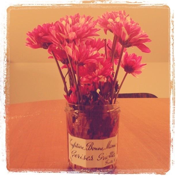Un pot à confiture en guise de vase.  • idées DIY •  Pinterest ...