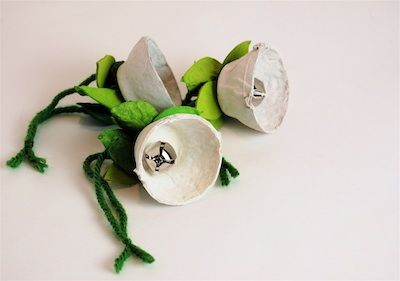 Jingle bell flowers made from an egg carton!  Looks very easy and cute!
