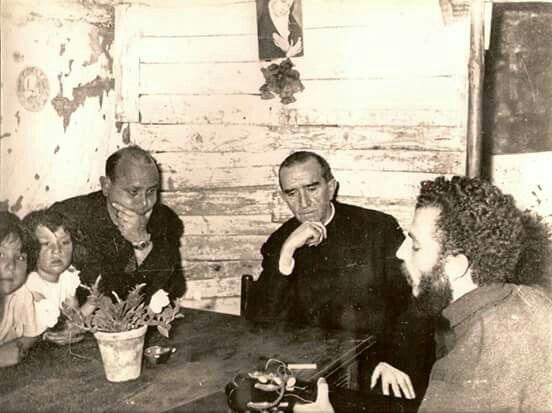 Fotos del Recuerdo. Kiko Argüello, y hermanos de la Primera Comunidad de las Chabolas, con el Arzobispo de Madrid Monseñor Casimiro Morcillo escuchando algunos cantos en la barraca de Kiko.