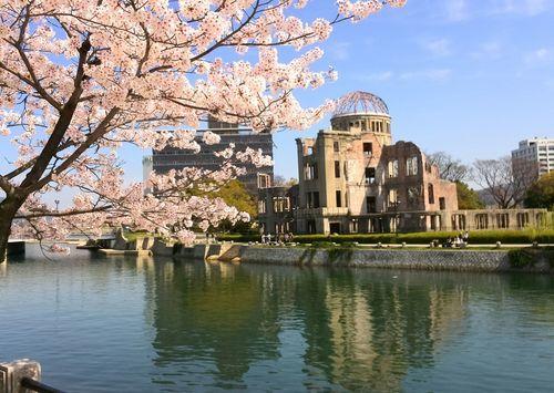 広島・平和記念公園の原爆ドームと桜