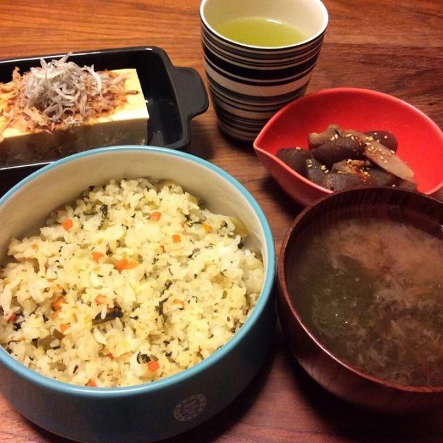 今日の夜食( ´ ▽ ` )ノ 夕飯を食べそこなって、夜中にごそごそ、アリものでテキトーに(笑) - 44件のもぐもぐ - ローソンの冷凍高菜ピラフ、冷奴じゃこのっけ、鶏ごぼうの煮物、とろろ昆布のお吸い物 2015.2.28 by kirahime