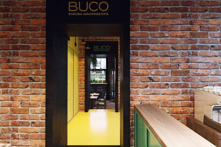 За желтыми металлическими дверями, декорированными сеткой, дизайнеры скрыли санузел и кладовую кофейни.