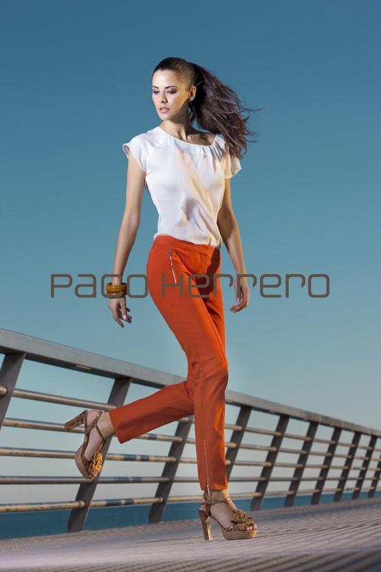 Como gran seña identificativa de la firma PACO HERRERO, seguimos potenciando la feminidad de una mujer íntegra y con personalidad mediante altos tacones y plataformas en modelos que combinan a la perfección con trenzas de esparto mezclando dibujo de serpiente con pieles en tonos amarillos, rosas, rojos y beige junto a antes al tono, otorgando ese toque de glamour tan característico de la forma española.
