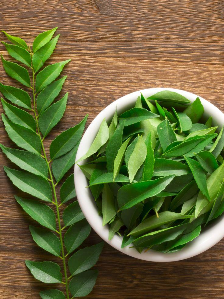 Ze hebben veel weg van laurierblaadjes, maar als het neerkomt op smaak hebben kerrieblaadjesen totaal andere invloed op de smaak van je gerecht. Wat kun je precies hiermee?En hoe gebruik je ze optimaal? Eerst een korte uitleg: kerrieblaadjes komen van de kerriebladboom (niet te verwarren met de kerrieplant), welke vooral groeit in India, Sri Lanka …