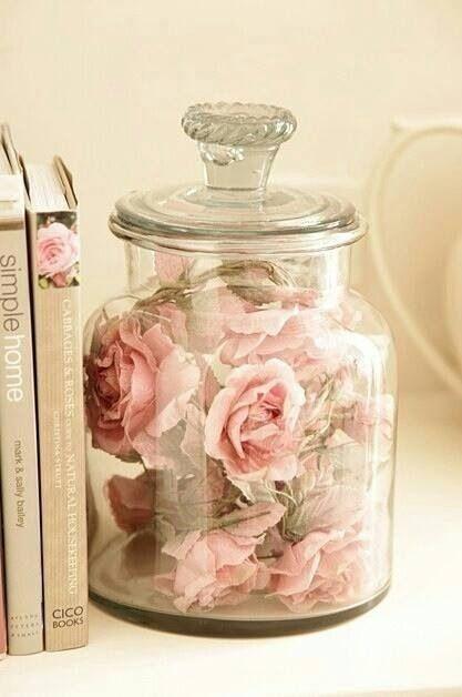 Kunstbloemen in een pot. Leuk idee!