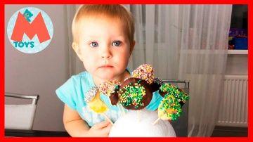 ❤ Делаем конфеты своими руками. Фрукты в Шоколаде. Fruit Pops и Лолипоп DIY http://video-kid.com/10851-delaem-konfety-svoimi-rukami-frukty-v-shokolade-fruit-pops-i-lolipop-diy.html  Привет!!! Сегодня мы делаем конфеты своими руками. Мы будем делать фрукты в шоколаде. Мы растопим шоколад и будем опускать в него замороженные кусочки фруктов, а потом украшать разными разноцветными шариками. Получиться очень вкусно и оригинально. Смотрите наше видео до конца и подписывайтесь на наш канал…