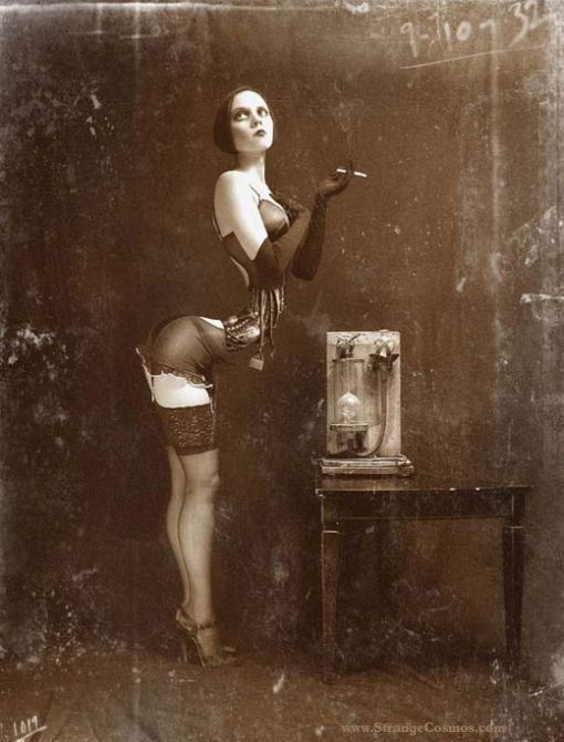 bizarre vintage photographs | STRANGE Z SHAPED WOMAN - OLD CIRCUS FREAK(no way in hell....photo shop for sure)