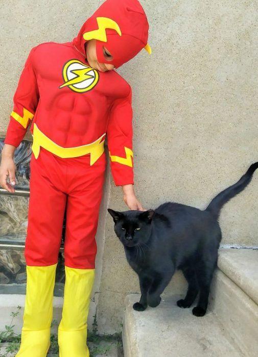 Niño se disfraza para ayudar a los gatos callejeros; cree que es un superhéroe para ellos