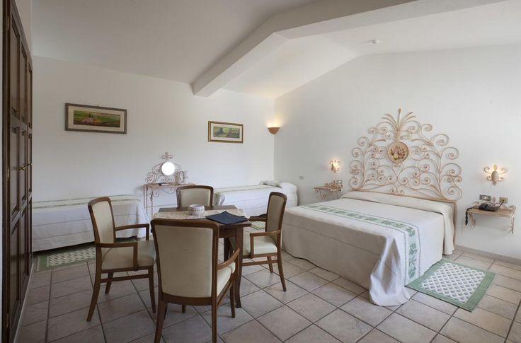 Situé dans un parc luxuriant de 4 hectares avec piscine, jacuzzi et courts de tennis, l'Hotel Airone surplombe le golfe de Cannigione.
