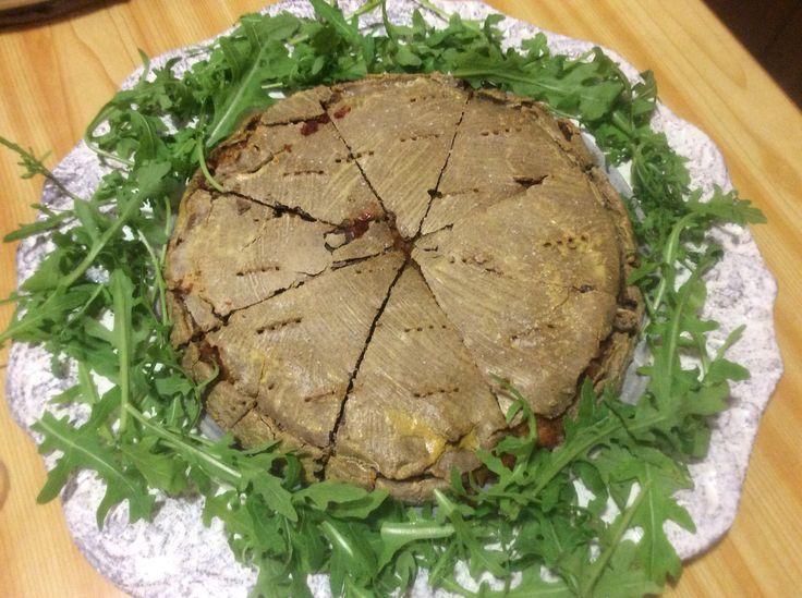 Pizza coperta di saraceno, farcita con salsa di pomodoro e verdure...