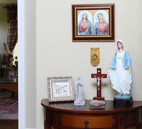 Gentil You Donu0027t Need A Lot Of Room To Set Up An Altar To Mary In Your Home. All  You Need Is One Area To Place Your Favorite Devotionals Such As Statues,  Pictures, ...