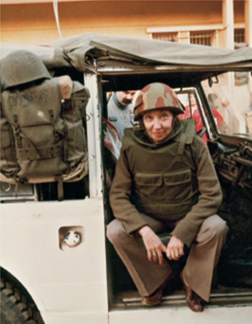 A Beirut nel 1983 con elmetto e giubbotto antiproiettile - Foto - Oriana Fallaci