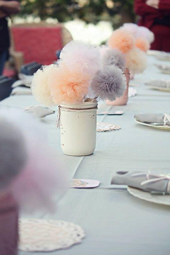 Si ya tenéis el lugar de celebración, el fotógrafo de boda y el vestido de novia, ahora toca pensar en otros detalles que aunque son algo menos importantes, harán que vuestro gran día sea especial. La decoración de la ceremonia y el banquete es clave para conseguir un evento personalizado y único. Y para ayudaros […]