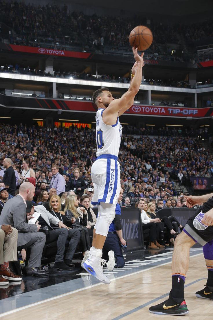 SACRAMENTO, CA - FEBRUARY 2: Stephen Curry #30 of the Golden State Warriors shoots the ball during the game against the Sacramento Kings on February 2, 2018 at Golden 1 Center in Sacramento, California. (Rocky Widner/NBAE via Getty Images)