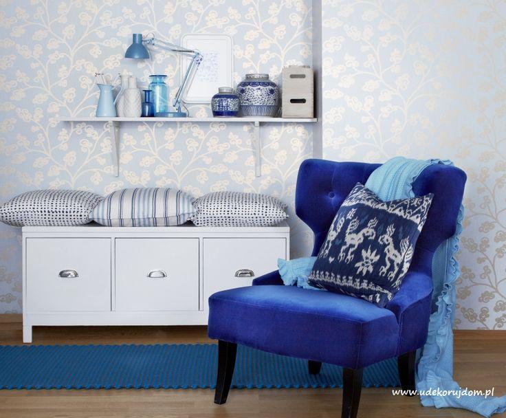 Wnętrze w odcieniach koloru niebieskiego.