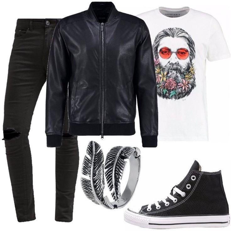 Un look alternativo composto da una maglia a maniche corte, una giacca in finta pelle ed un pantalone nero. Per completare il tutto, un anello molto particolare ed un paio di Converse.