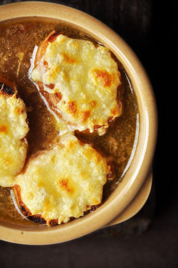 Après l'effort, le réconfort Lorsque vous ferez votre marché, pensez à glisser dans votre panier de beaux oignons pour vous mitonner cette recette traditionnelle à la saveur d'antan. Servie bien chaude, cette soupe généreuse en goût vous réchauffera l'âme....