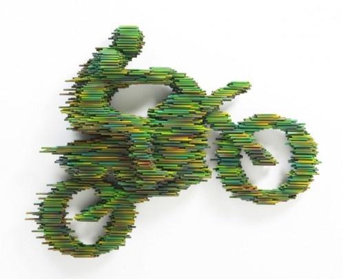 Sculpture de l'artiste coréen Kang Duck-Bong. Elles sont réalisées à partir de tubes en plastique recouverts d'une peinture laquée épaisse de différentes couleurs. SLe procéédéé utilisé donne une impression de vitesse à ses oeuvres.