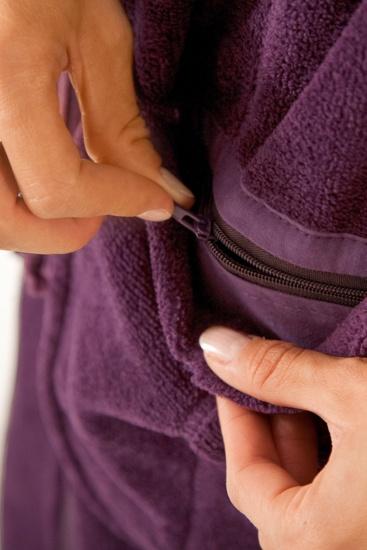 Bademantel mit Reißverschluss-Innentasche: Fast alle unsere Bademäntel haben eine extra Innentasche mit Reißverschluss. Dort kann die Hotelkarte, der Kabinenschlüssel oder Kleingeld gut verstaut werden ohne herauszufallen. http://www.bademantel24.de