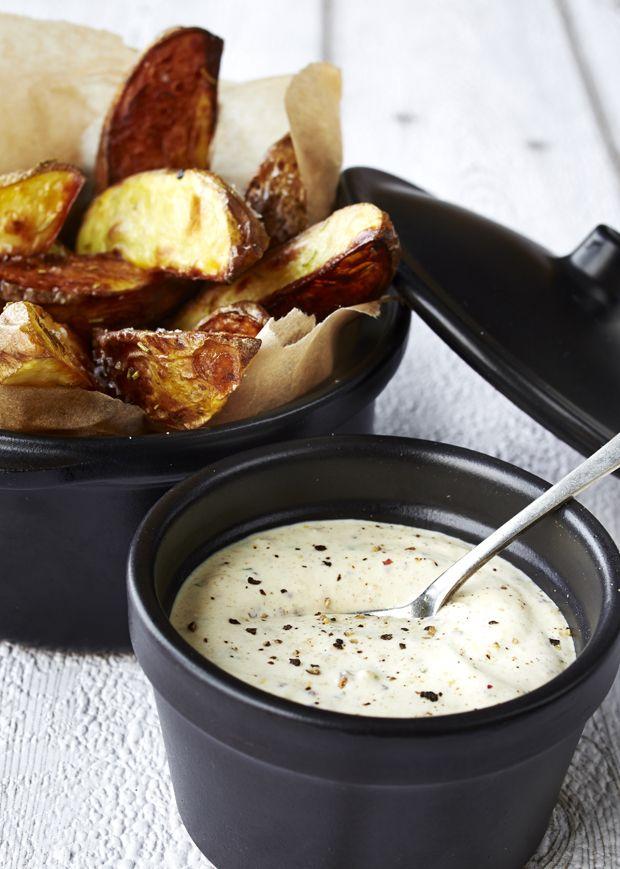 Dressing med sennep er perfekt til ovnbagte kartofler, sprøde fritter, bøffer eller som dressing i burgere. Få en nem opskrift her!