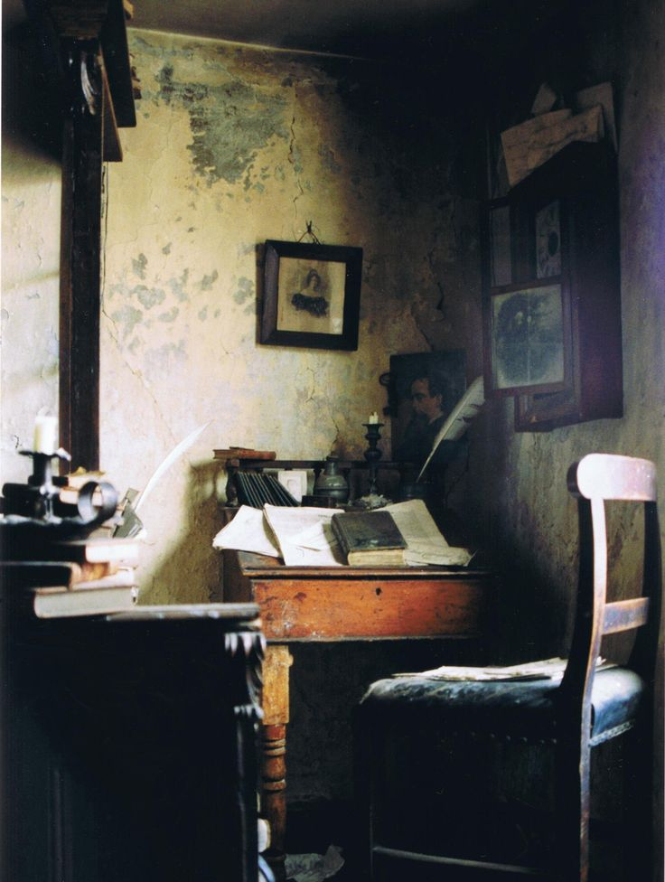 Charles Dickens's writing room Spitalfields, London... Image from https://theuglybugball.files.wordpress.com/2010/11/cratchetts-corner-cpr.jpg.