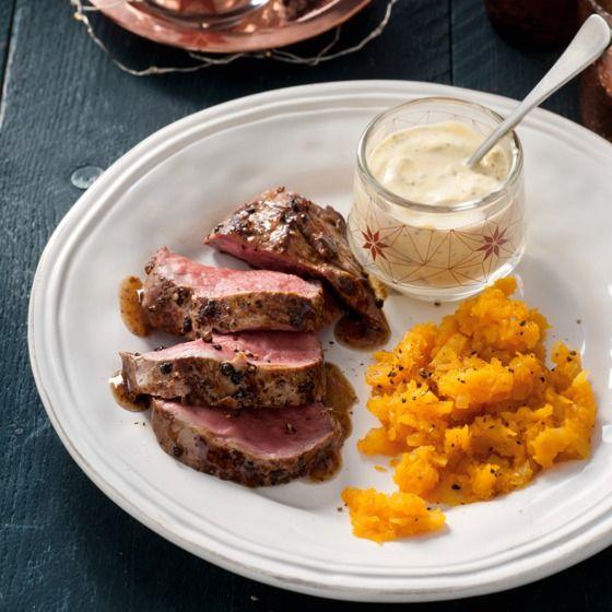 Pepersteak met pompoenpuree - Rosé gebakken rundvlees is altijd een feestelijk hoofdgerecht. En zo makkelijk te bereiden! #kerst #hoofdgerecht #JumboSupermarkt