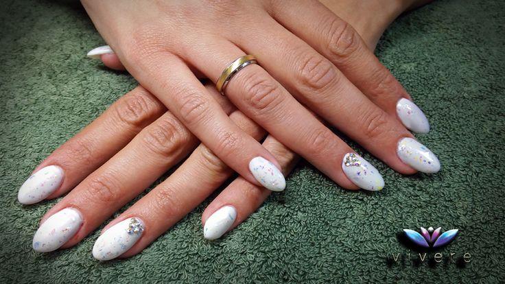 Νυφικό μανικιούρ με επέκταση φυσικού νυχιού με φόρμα-τζελ, λευκό ημιμόνιμο βερνίκι με ιριδίζον γκλίτερ και ιριδίζοντα στρας. #bridal #manicure #white #glitter #strass #gel #vivere #nails