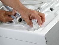 Nettoyer tuyau machine à laver / Nettoyez- le 1 à 2 fois par an afin d'éliminer les éventuels dépôts, responsable de la mauvaise odeur du linge. Profitez-en pour vérifier leur état : s'ils sont usés ou présentent des fissures, il vous faudra les remplacer. Vérifiez le bon serrage des tuyaux et la présence de joints aux deux extrémités. Certaines arrivées d'eau comportent un filtre anti-calcaire. Contrôlez-le et nettoyez-le en vous reportant à la notice de votre appareil.