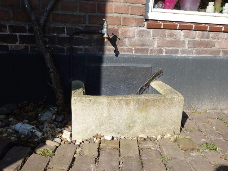 Betonnen trog voor kraan terras verlaagde stuk. Staat bij Suus & Martin. Willen we zelf namaken.
