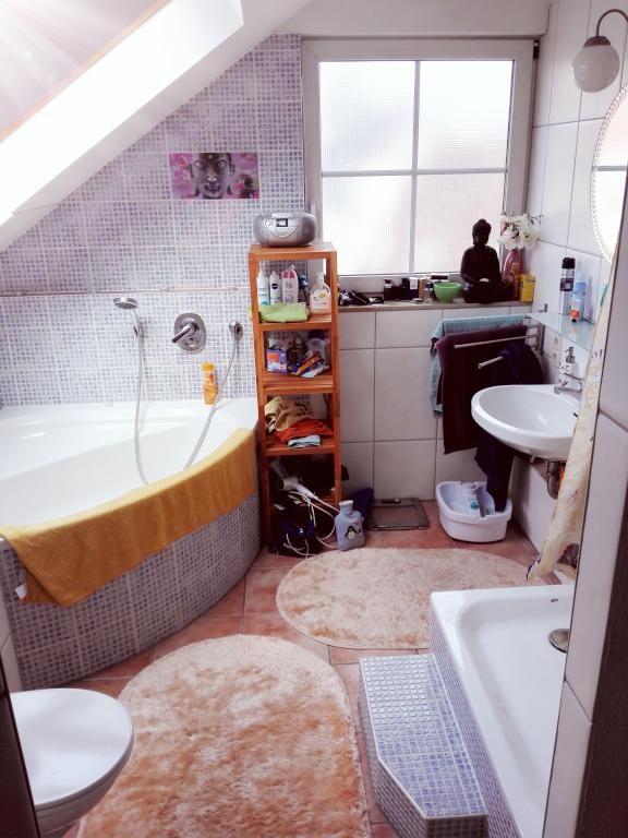 Gemütliche Badezimmereinrichtung Mit Fliesen In Mosaik-Style Und