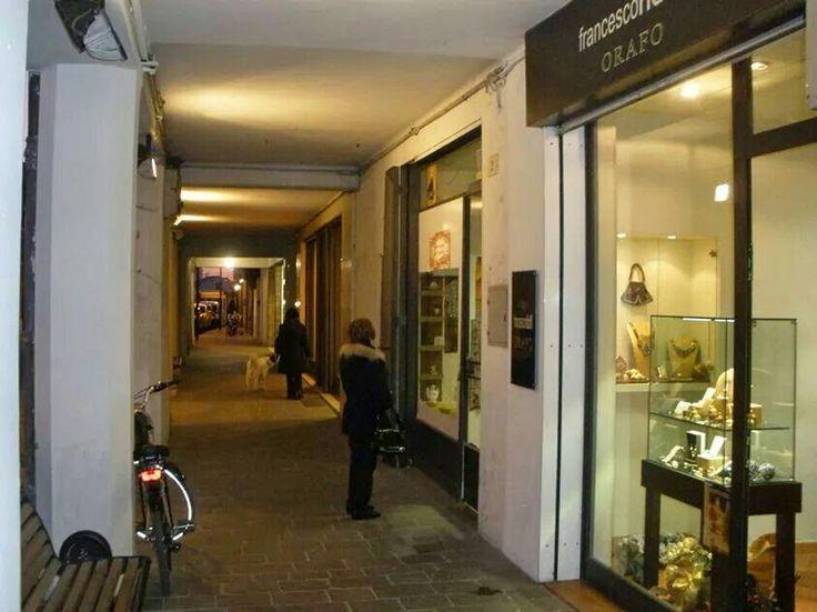I Portici fra Via Cattaneo e Piazza Filippini