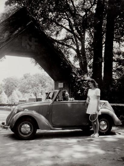 Robert Doisneau (1912-1994)  Cabriolet Simca 8, vers 1948.