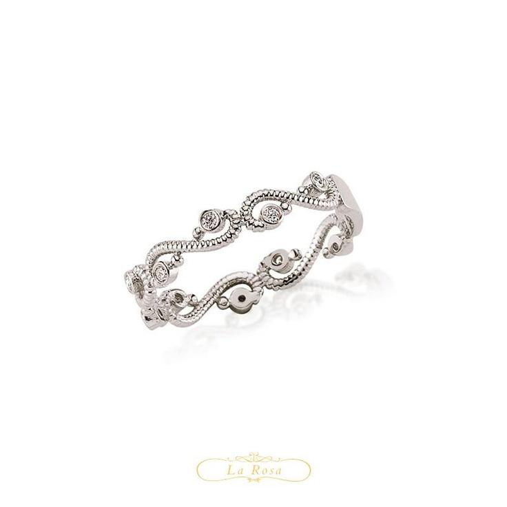 Inelul LRY230 este inedit si fermecator. Din aur alb de 18K lucrat cu maiestrie si diamante montate din loc in loc pentru un efect deosebit. Pretul inelului cu diamante LRY230 este 1584 lei.  http://www.bijuteriilarosa.ro/bijuterii-cu-diamant/inele/inel-cu-diamant-lry230
