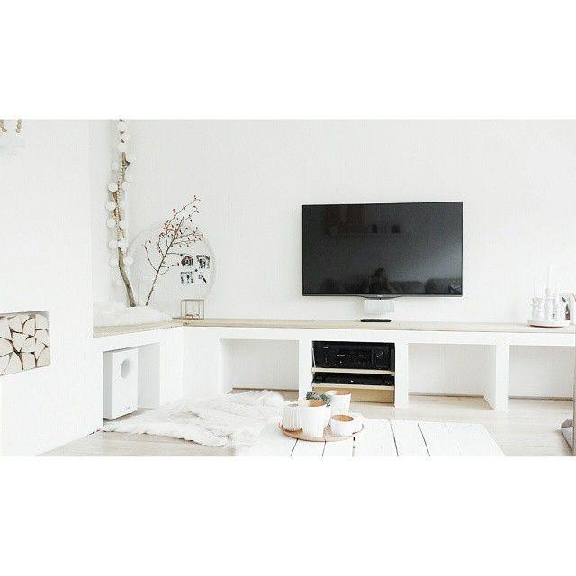 Nog steeds erg blij met ons tv/zit/decoratiemeubel #white #wood #natural #interior #interior4all #interior123 #interiorforyou #interior4you #myhome2inspire #instahome #whiteliving #witwonen #wit