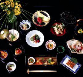 Еда в Японии. Часть 2. Эволюция японской кухни. Японская кухня сегодня – это результат двух тысячелетий кулинарных влияний, ввозимых в страну со всего мира, отточенных и адаптированных под отражение местных предпочтений во вкусах и подаче на стол. В результате появился уникальный японский стиль.