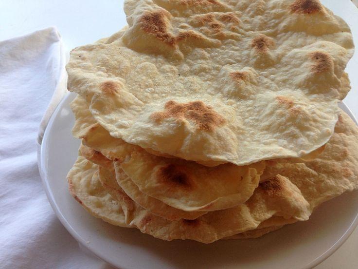Fladbrød. Lækre hjemmelavet fladbrød med græsk yoghurt som bages på en varm pande uden fedtstof. Rulles sammen med grøntsager, kød og dressing i.