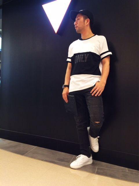 スポーティなモノトーンコーデはオーバーサイズのTシャツが目立つ☆ 黒の部分がメッシュ素材になっていてストリート系に合わせるのにおすすめです!! デニムはトレンドの裾にジップデザインで、欠かせないアイテムになりそうですね♪  Tシャツ¥4,900+TAX  デニム¥12,900+TAX BAG¥10,900+TAX