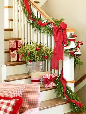 nicely done !: Holiday, Christmas Time, Red, Christmas Stairs, Stairs Decor, Christmas Decor, Christmas Ideas, Stairways, Christmas Staircases