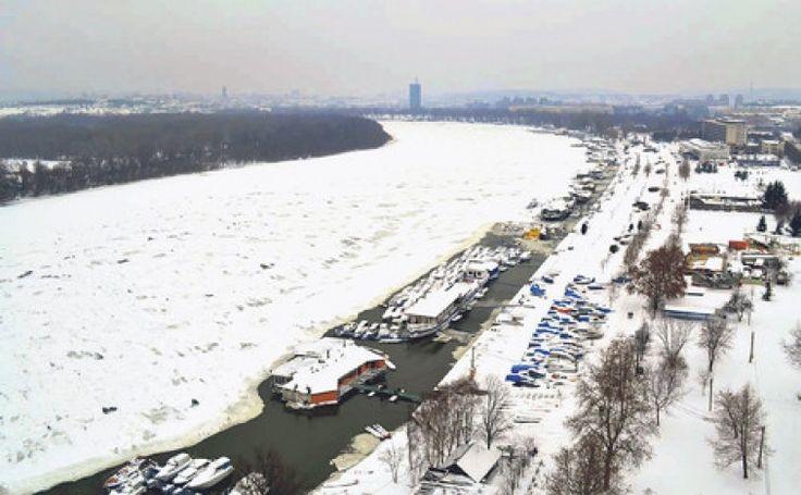 Zbog leda koji je juče po podne počeo da se topi i da se kreće niz Dunav potonuo je jedan brod- restoran, kidali su se vezovi u marinama između Zemuna i Novog Beograda, rušeni su pontoni, barže su se otkačinjale. Povređenih, prema prvim informacijama, nije bilo a uveče su angažovani brodovi sa kojih je razbijan led.