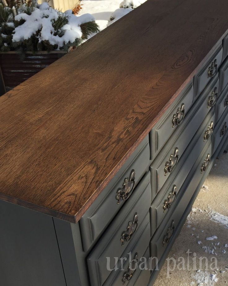 For the body, I mixed a custom color of Annie Sloan Chalk Paint, Graphite and Coco. {finished with a mix of dark and clear wax} And for the stain on the top I mixed up another custom concoction...dark walnut and natural oak.
