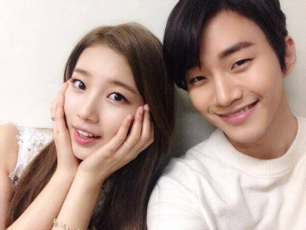 Suzy and Junho take a picture together before their special stage on 'Music Bank' | http://www.allkpop.com/article/2013/12/suzy-and-junho-take-a-picture-together-before-their-special-stage-on-music-bank