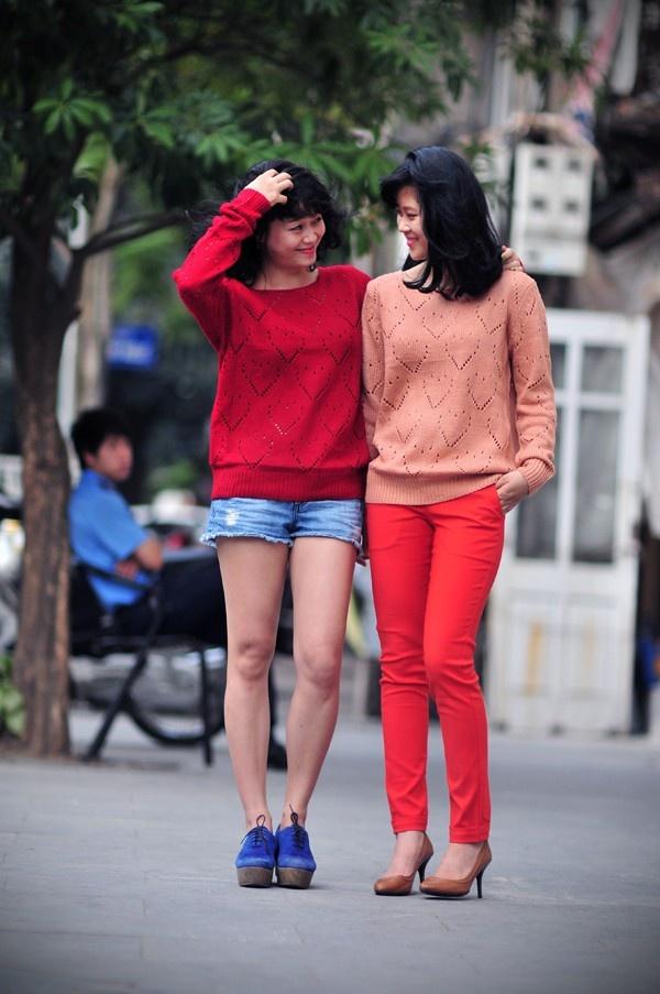 Những chiếc áo len nhiều màu sắc luôn là sự lựa chọn của các cô nàng năng động. Không những dễ mix đồ, áo len còn mang lại sự thoải mái cho các bạn gái bởi chất liệu mềm mại và phù hợp với các dáng người, từ cô nàng gầy một chút cho đến những bạn hơi mũm mĩm một tí nhé!