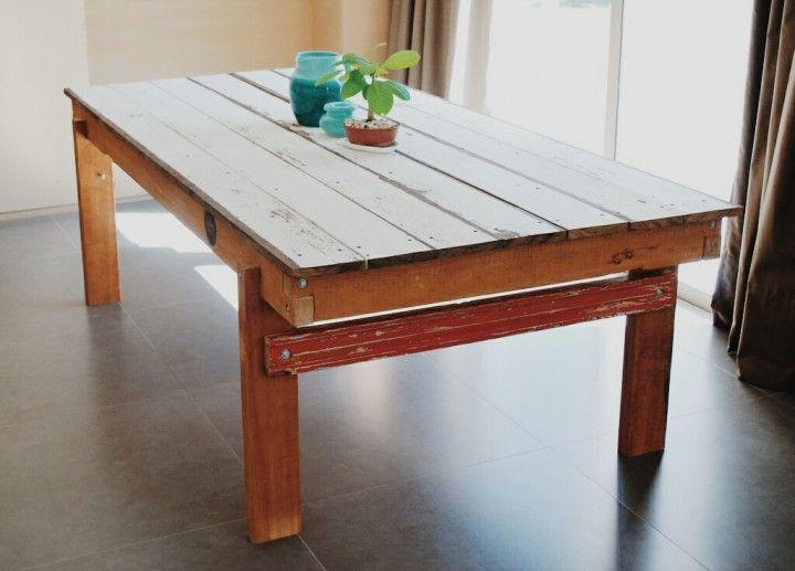 La mesa está hecha con tablas de pino brasil, encastradas entre si, formando la estructura. La mesa esta hecha con tablas de lapacho. Esta es la del comedor y mide 2,40 x 1,20 x 0,80