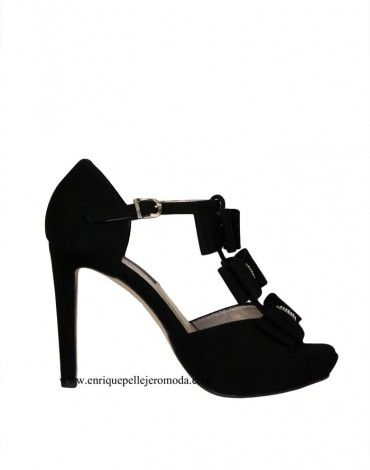 Daniela sandalias tacón negras lazos. Sandalias con tacón alto de 11 cm  aproximadamente color negro con tres lazos y detalle de strass.