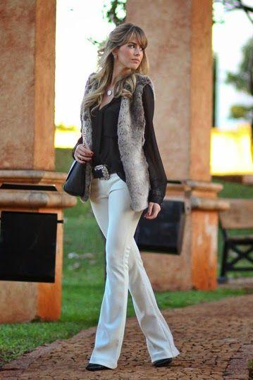 Look de calça jeans com colete de pele.
