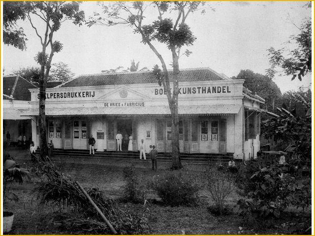 kator percetakan buku De Vries, di jalan Pos, skrg masih ada di Cibereum Tjimahi. Foto tahun 1925